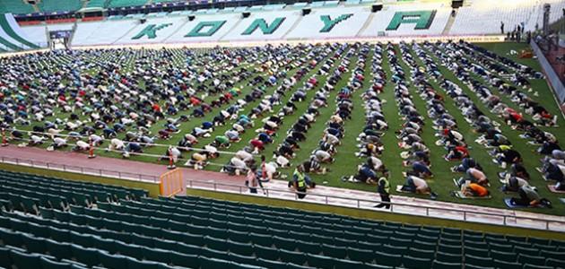 Konya Büyükşehir Belediyesi Stadyumunda Bayram Namazı