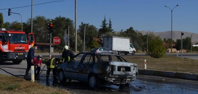 Ilgın'da Trafik Işıklarında Bekleyen Araç Yandı