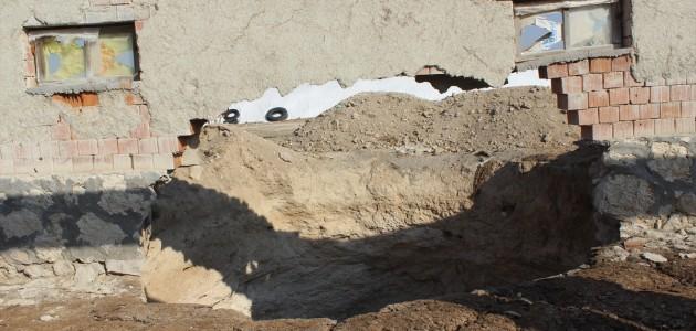 Karapınar'da Evlerinin Yanındaki Obruğa Rağmen Yaşamaya Devam Ediyorlar