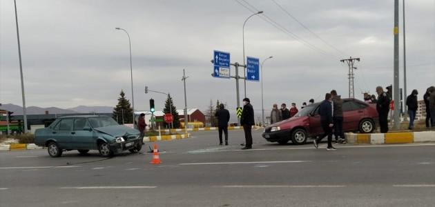 Seydişehir'de İki Otomobil Çarpıştı 2 Kişi Yaralandı